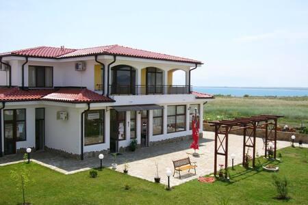 Апартаменты у моря (Болгария) - Ravda - Hotellipalvelut tarjoava huoneisto