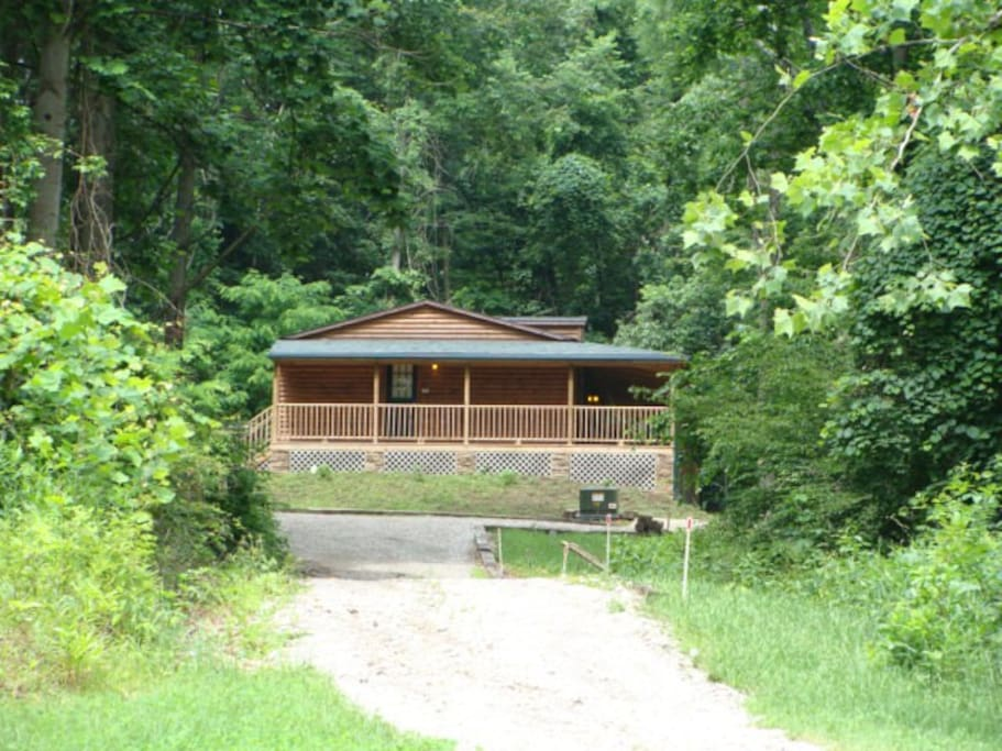 Hocking Hills Cabin on 8 acres with private fishing pond with fountain.