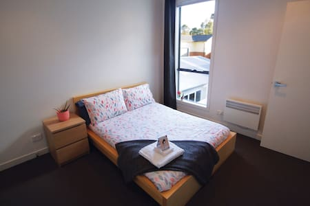 Bed & private bathroom in bright, modern townhouse - Thornbury - Townhouse