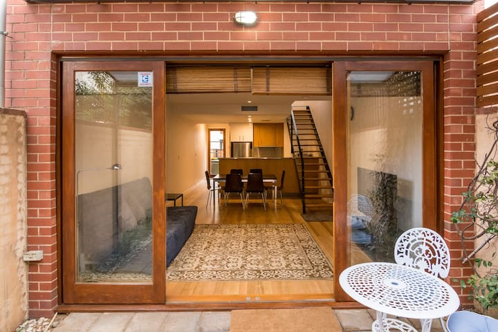Modern townhouse in great location! - North Adelaide - บ้าน