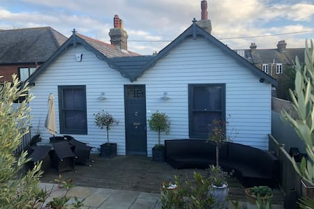 Central Luxury Whitstable Beachfront Bungalow