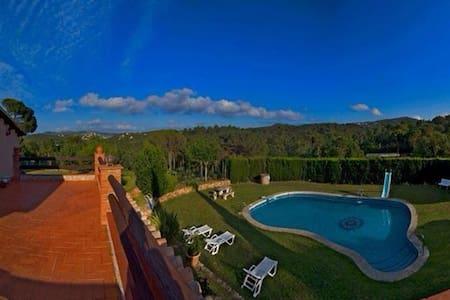 villa rural paraíso con lago  - Lloret de Mar - Huis