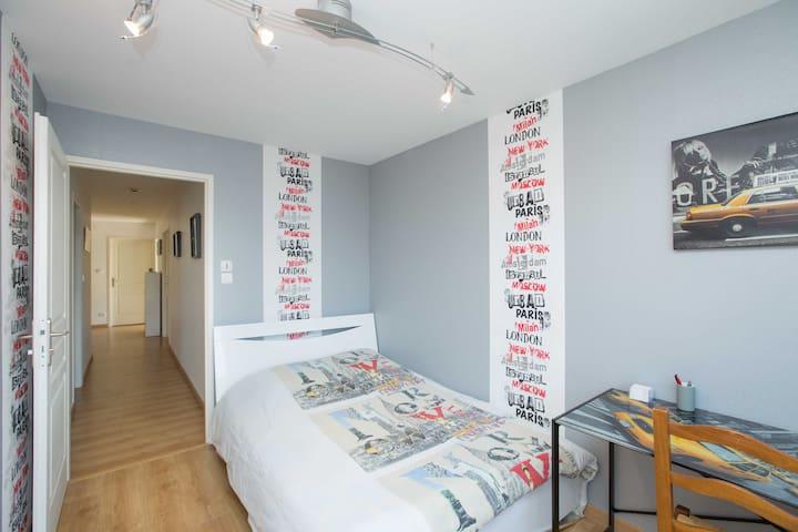 chambre sympa au centre ville chambres d 39 h tes louer. Black Bedroom Furniture Sets. Home Design Ideas