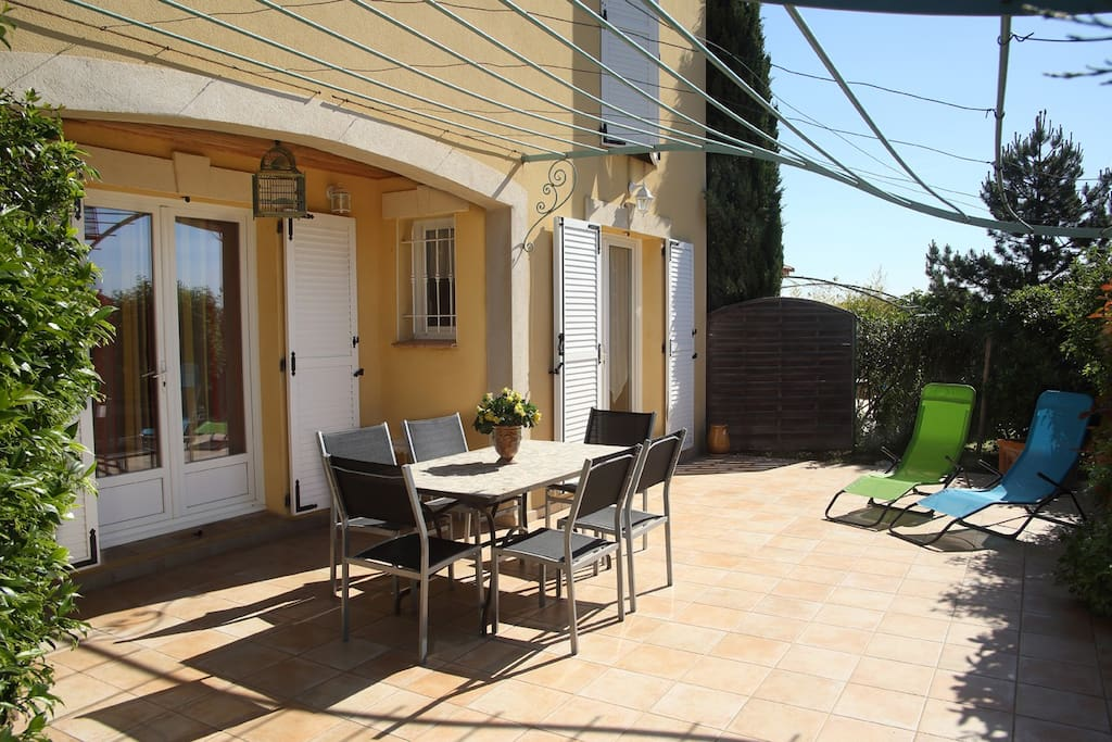 Grande terrasse avec pergola et mobilier