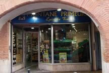 Une boutique dans la rue des Filatiers où on trouve de nombreuses victuailles