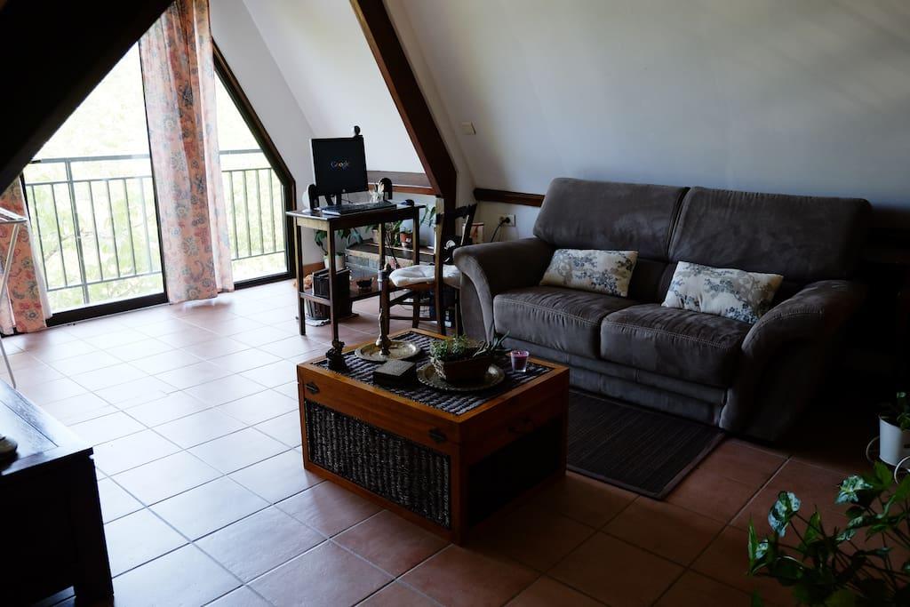 Salon privé pour les 2 chambres, vue sur le lac et la vallée de la Cère.