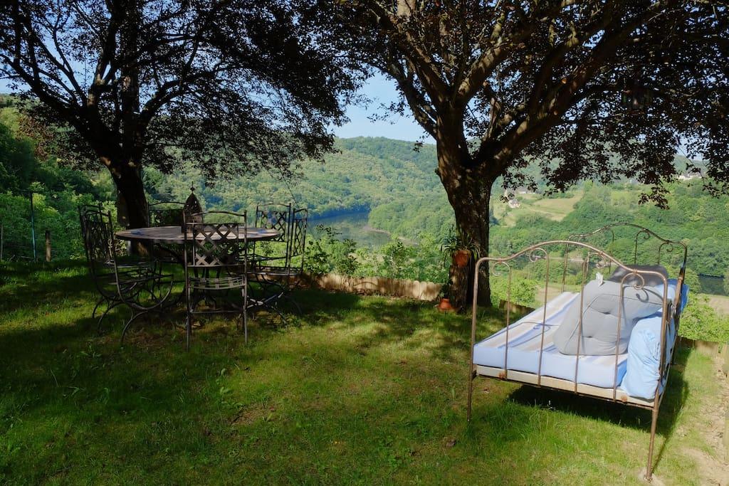 Espace détente et petit déjeuner d'été face au lac.