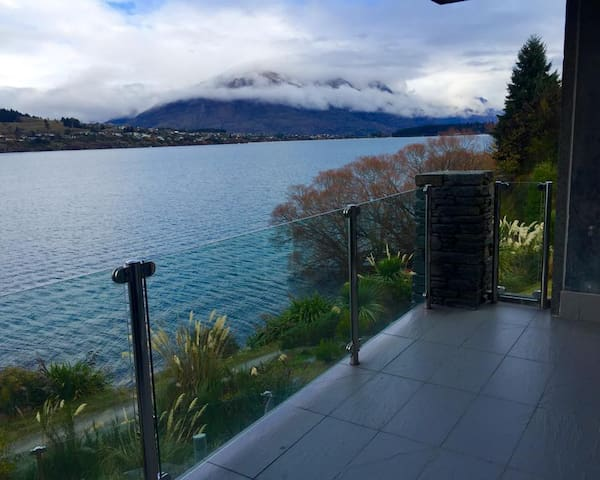 Lakefront Modern Spacious Studio - Queenstown