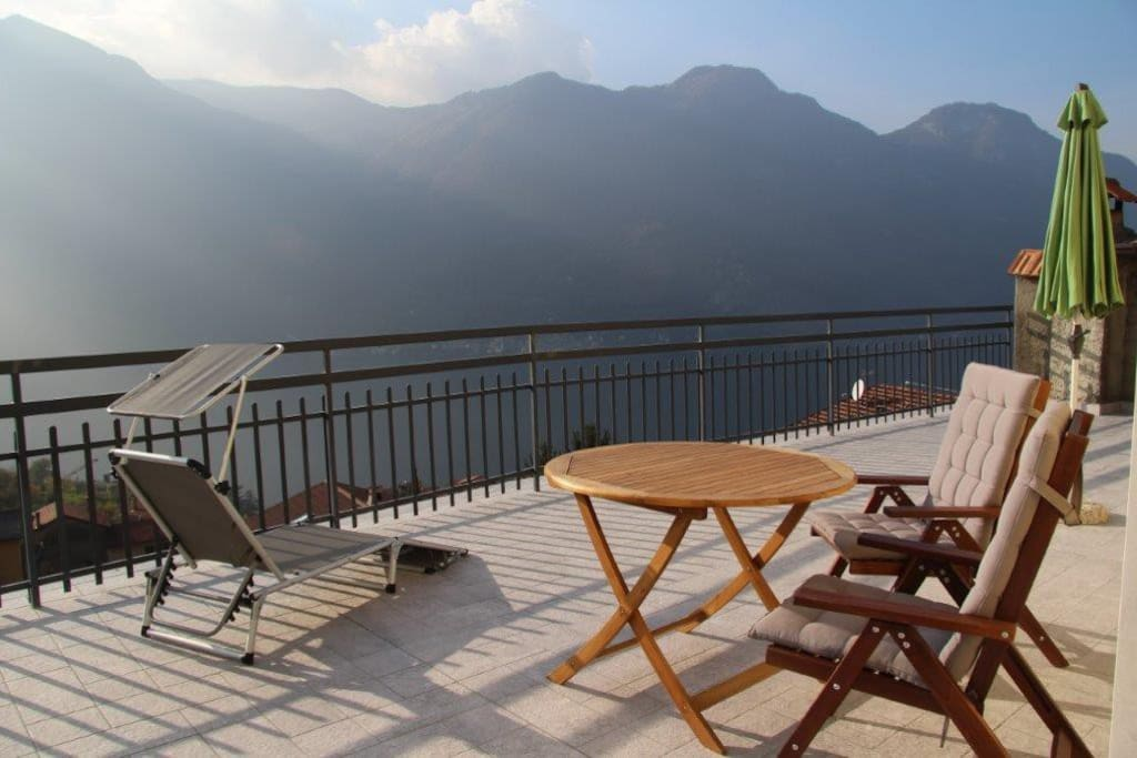 On the spacious private sun terrace you can enjoy lake and mountain views.