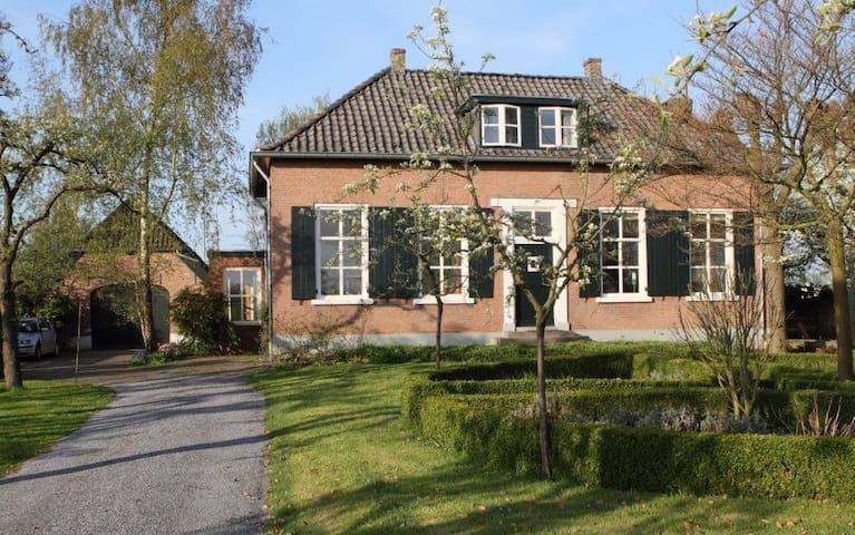 Rustig gelegen boerderij met tuin - Randwijk
