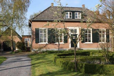 Rustig gelegen boerderij met tuin - Randwijk - Hus