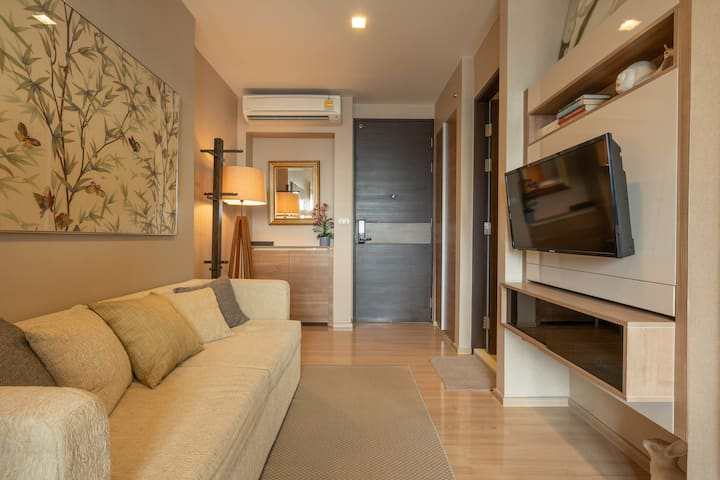 Chic and Modern One Bedroom Condo 5-minute Walk to Saphan Taksin BTS Statio