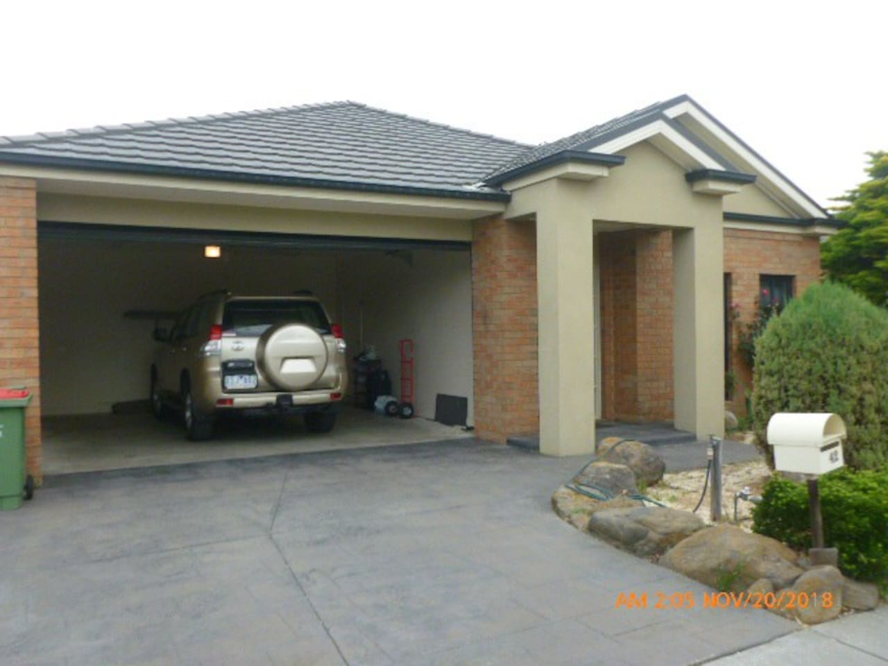 Entrance, Quite Environment, 2 minutes to bus stop. 3 minutes to shopping complex. 5 minutes (by car) to the Craigieburn railway station.