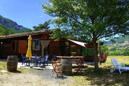 A beautiful, secluded spot (1.5 Km from the shops, no neighbors) with a 360° view of the surrounding environment. Located on the edge of the Gorges du Tarn on a 6-hectare site, this chalet has been fully renovated but retains a rustic charm.