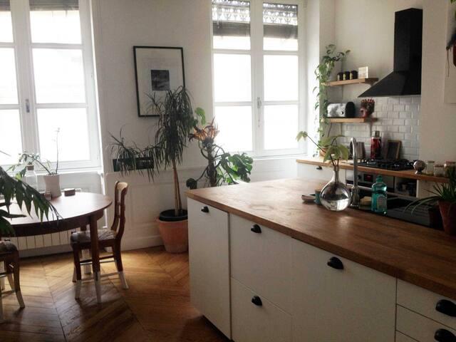 vue sur la cuisine et salle à manger