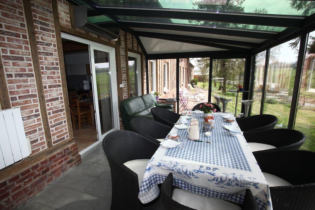 Véranda où est servie le petit déjeuner
