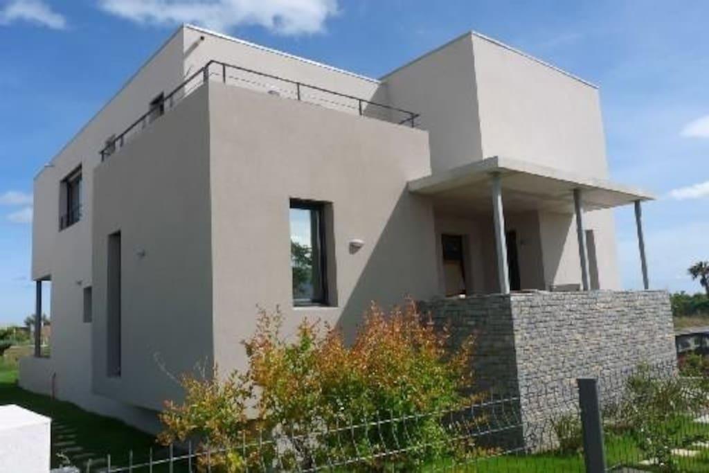 Villa moderne acc s direct plage maisons louer s te for Garage sete route de montpellier