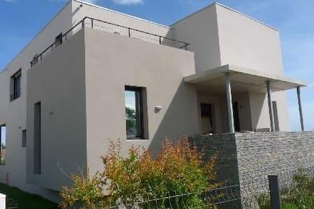 Villa moderne, accès direct plage