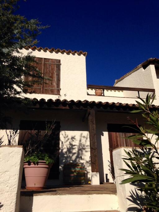 Vue de la maison, en haut le salon et la terrasse. En bas les deux chambres, la terrasse et le jardin