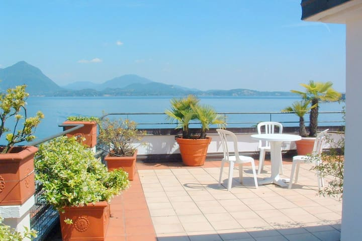 In the heart of Baveno within walking distance of the lake!
