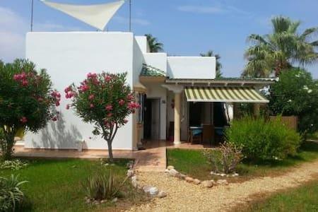 016: Casa con bonitos jardines - San Juan de los Terreros - Dom
