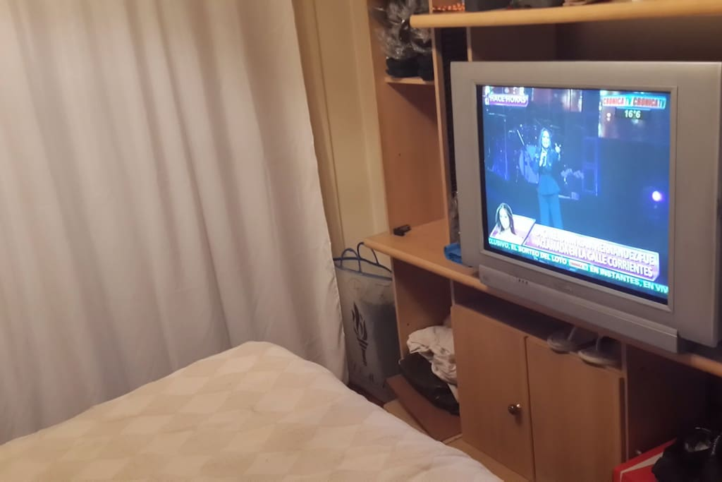 Dormitorio con salida al balcón corrido. cama sommier de 1,60 x2. TV de 29',Aire Acondicionado Frío-Calor. Buenos placares