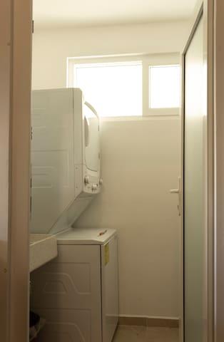 Espacio de lavandería (Lavadora, secadora, burro de planchar y plancha) listos en caso de ser requeridos en tu estancia!