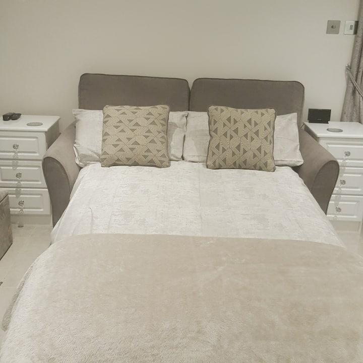 Cosy 1 bed Esher near Sandown from £48 per night