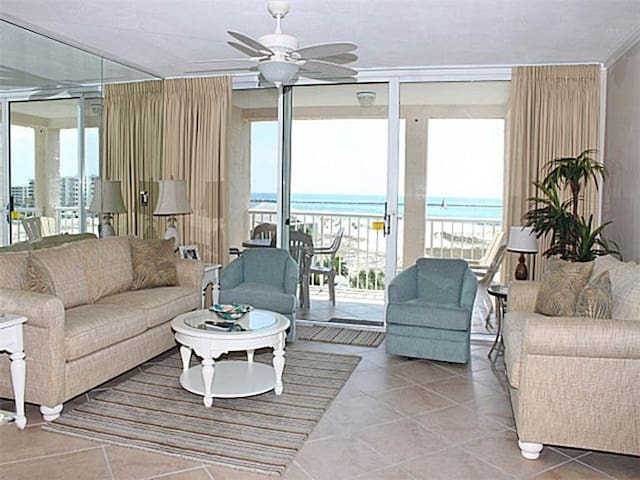 Cozy bay view condo, Beach setup and bicycles included, Convenient to shopping