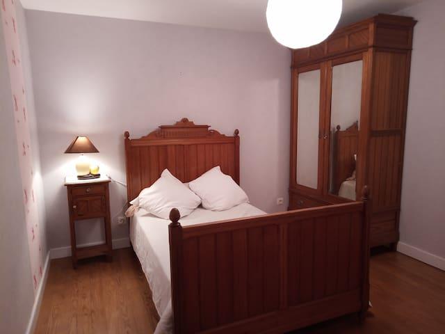 Chambre 2 (à l'étage): petit lit double.