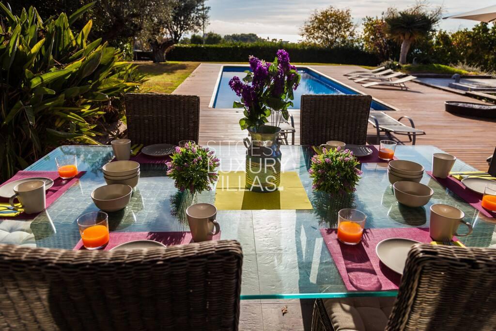 Comedor exterior con vistas a la piscina
