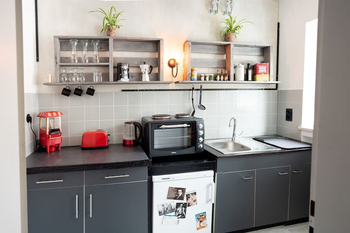 Kitchen fully equipment >> Toaster, water header, oven, fridge, Espresso-Kocher, coffee, tea & water is included