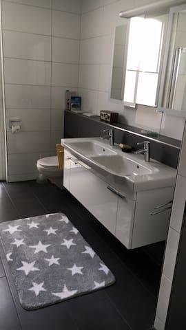 Helles Zimmer mit eingenem Bad - Andwil