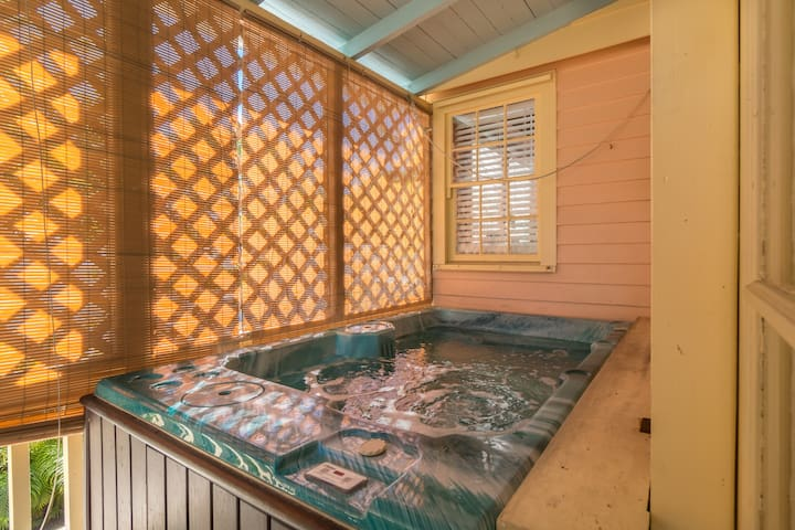 Poinciana Treetop - Cute Cottage w/ Pvt Hot Tub