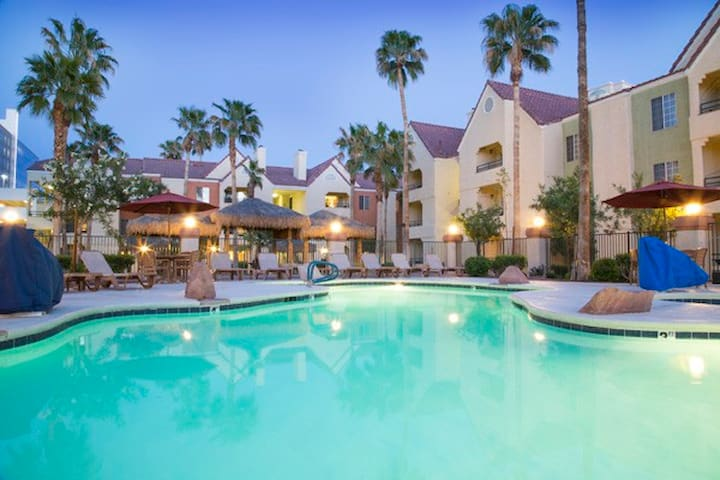 Desert Club: 2-BR Deluxe, Sleeps 6, Kitchen