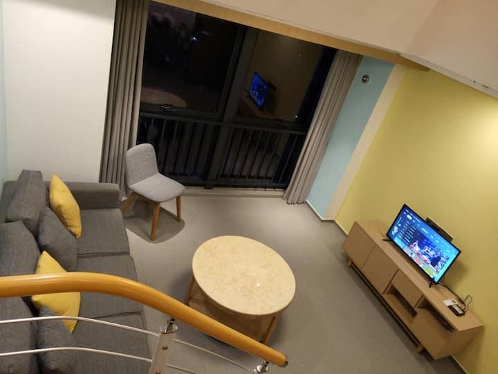 轻奢时尚Loft,华亚2室2厅,毗邻万宁高铁站,繁华商圈零距离,生活,出行便捷。