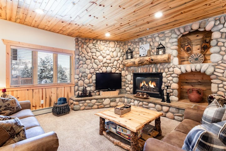 NEW! Exquisite Log Cabin home, close to ski resort