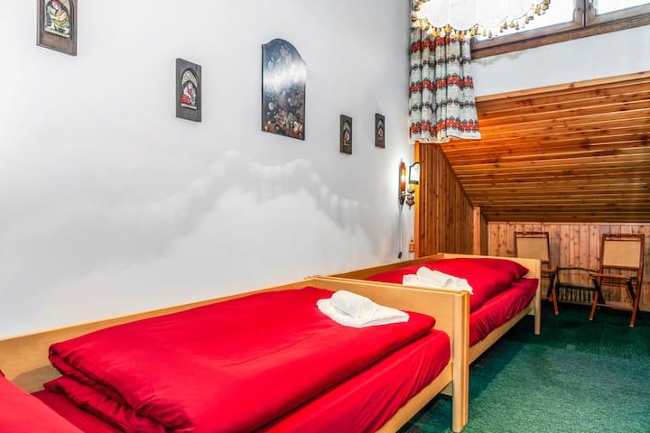 La camera doppia, ubicata al piano principale di fianco al bagno, è perfetta per ospitare i più piccoli che non dovranno scendere o salire le scale. Sono presenti anche giochi in scatola e di società