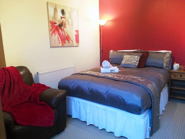 Comfort Double Room close to town centre & station