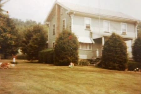 Quaint & quiet 100 acre farm house - Summerville - House