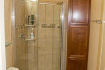 3/4 bathroom with tile shower
