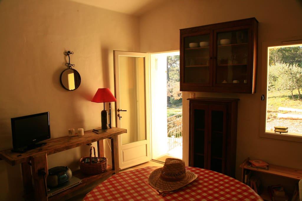 La pièce à vivre donne sur la terrasse et la campagne