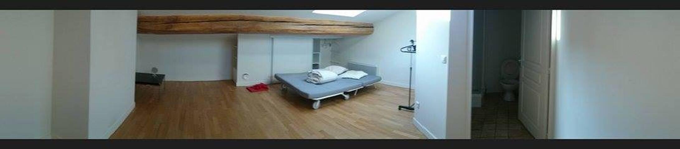 Chambre 2 (31m²), qui sera meublée d'ici votre arrivée avec lit,bureau, chaise, rangement.