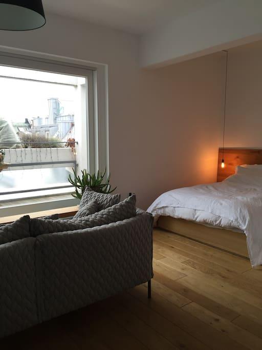 sch nes helles studio appartment mit terrasse wohnungen. Black Bedroom Furniture Sets. Home Design Ideas