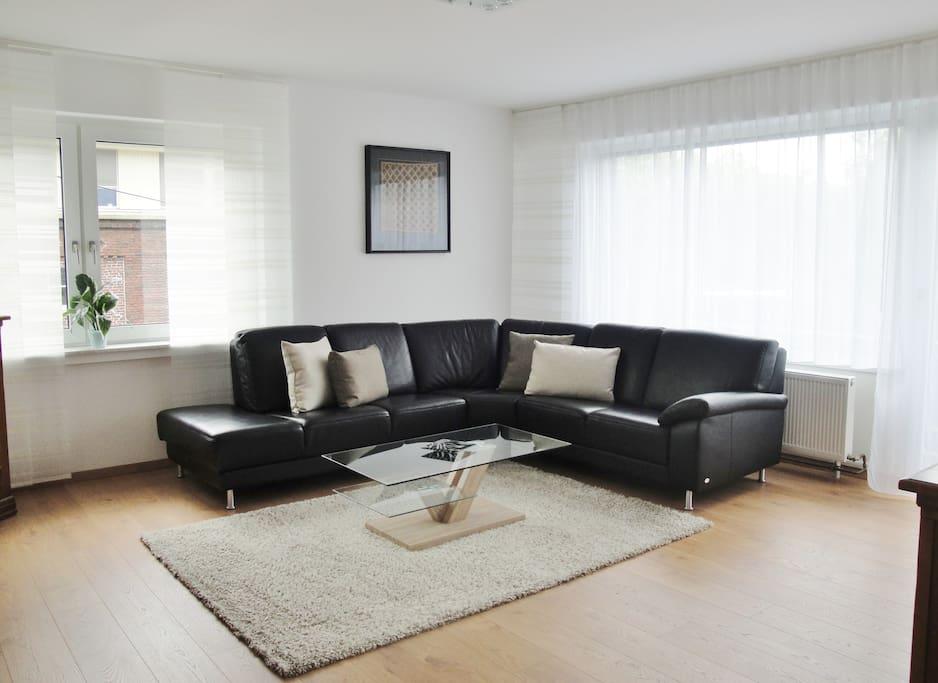 Wohnzimmer mit Designer-Ledersofa