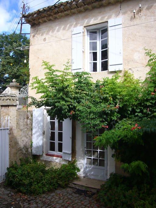 La maison vue de la cour