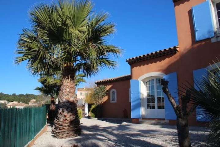Private room in a lovely house w. swimming pool - Martigues - Casa
