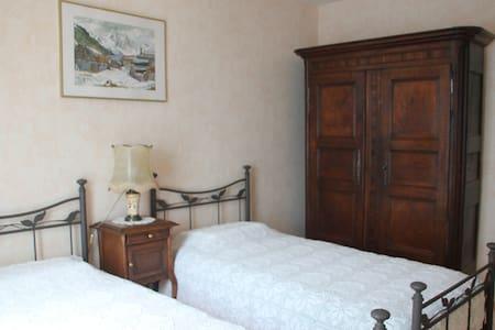 Chambre lits double, salon, SDD, WC - Dole - Townhouse