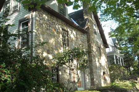 Old World European Stone Home - Walk to Main St - Elkins - 一軒家