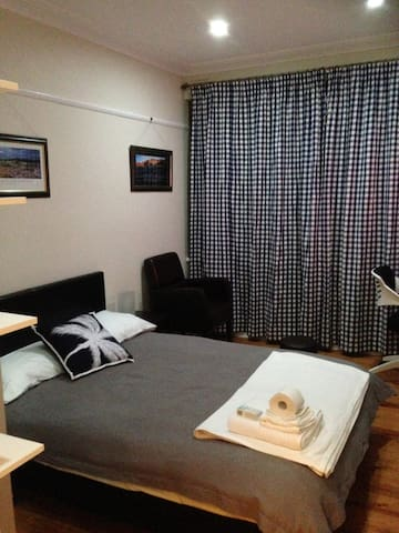 Lovely F/F Room Dble Bed - Braddon - Bed & Breakfast